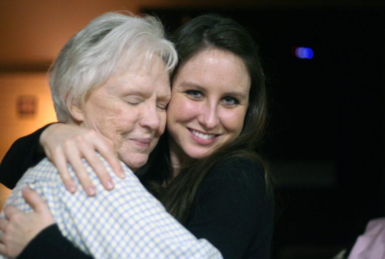 wnuczka obejmuje babcię